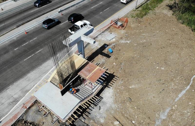 Construcción del puente peatonal de la UTP, tiene 40% de avance físico