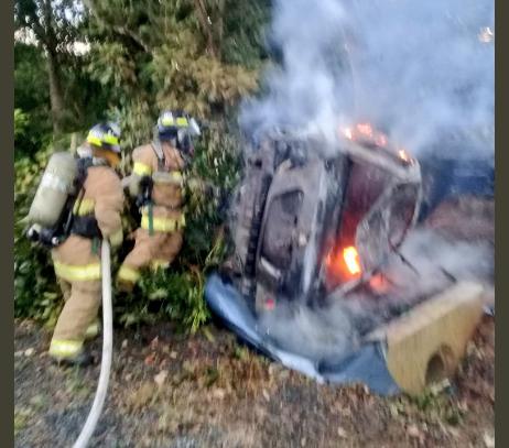 Vehículo se choca, se vuelca y se incendia en Pedasí