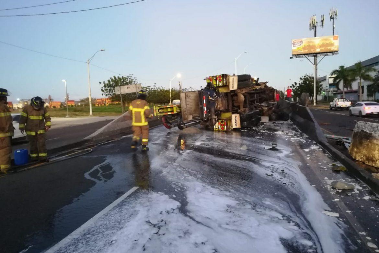 Se vuelca camión cargado de concreto en la entrada a Colón