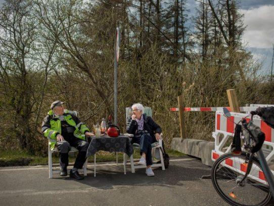 Una frontera cerrada no puede detener a esta pareja de ancianos: 'El amor es lo mejor del mundo'