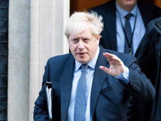 Boris Johnson pide un aplazamiento del Brexit en una carta sin firmar