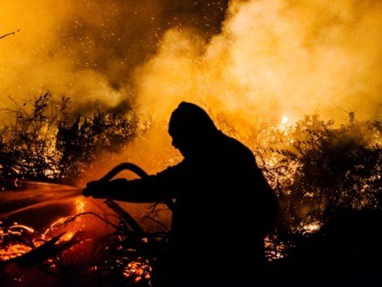 Gran incendio forestal crece en EE.UU. y obliga a nuevas evacuaciones