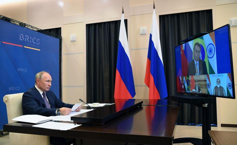 Putin insta a BRICS a producir masivamente vacunas rusas contra covid-19