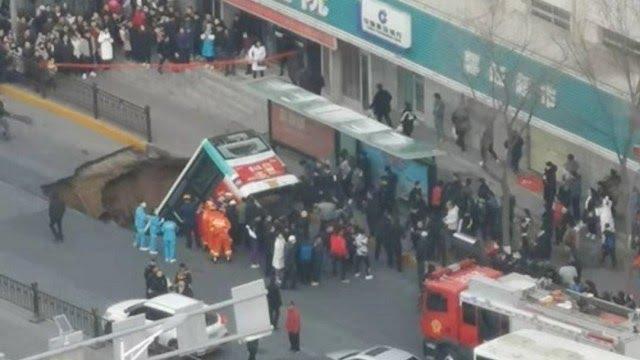¡Impactante! Un enorme hueco se traga un autobús en China y deja 9 muertos