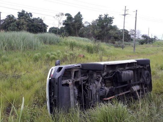 """Vuelco de bus """"pirata"""" en autopista Arraiján-La Chorrera dejó 10 heridos"""