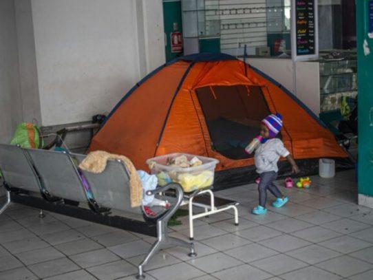 Desde marzo, 24 migrantes haitianos viven en la terminal de buses en Lima