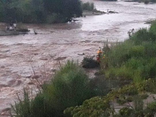 Rescatan a cuatro jóvenes tras ser sorprendidos por una cabeza de agua en Las Garzas