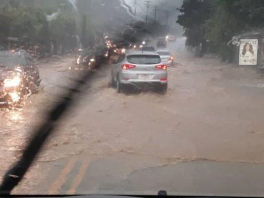 Varias calles anegadas por fuertes lluvias en la capital