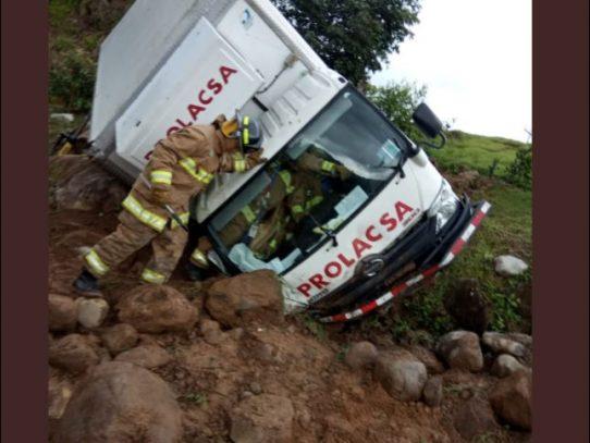 Conductor quedó atrapado dentro de camión al volcarse en vía hacia Boquete