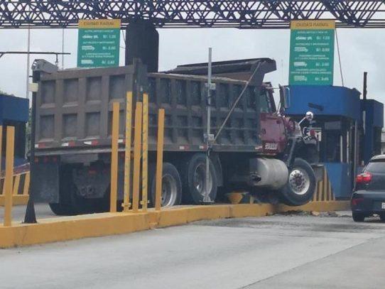 Camión volquete se estrella contra muro de caseta en el Corredor Sur