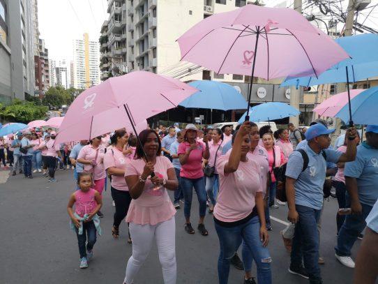 Cientos de panameños participan en caminata de la Cinta Rosada y Celeste