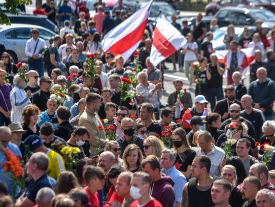 Una multitud protesta en las calles contra Lukashenko, que no da su brazo a torcer