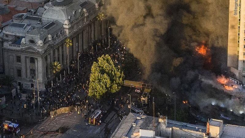 Incendio de un edificio en centro de Santiago en medio de violentas protestas