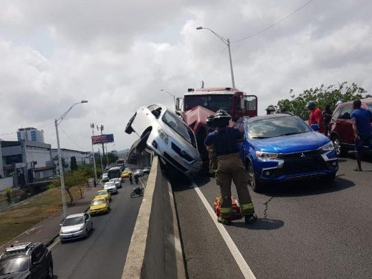 Aparatoso accidente en viaducto de los 4 Altos de Colón
