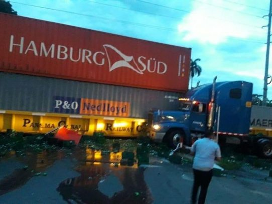 Camión causa accidente tras invadir vía del ferrocarril