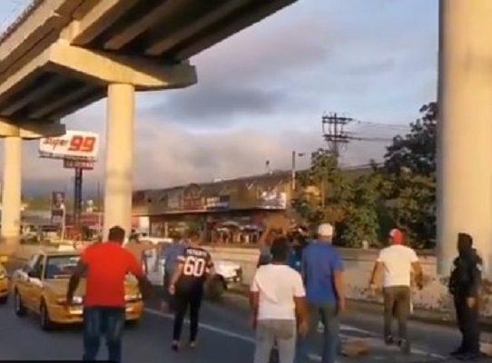 """Pese al llamado a diálogo, taxistas cierran vías exigiendo el """"par"""" y """"non"""""""