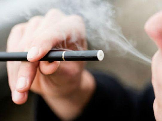 Se prohíbe el uso de dispositivos electrónicos para inhalar tabaco