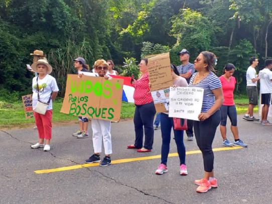 Residentes de Clayton se oponen a construcción de colegio
