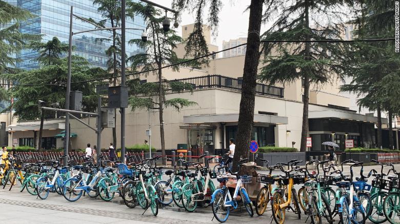El consulado de EEUU en Chengdu, atracción dominical de los paseantes chinos