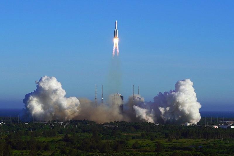 """China lanza con """"éxito"""" nuevo cohete con una nave espacial"""