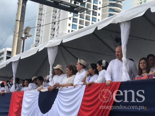 Desde la tarima presidencial en Calle 50, Cortizo saluda a las distintas delegaciones