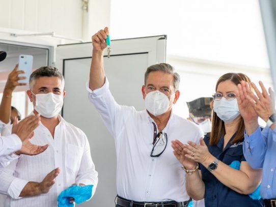 Cortizo recibe las llaves del hospital modular para la atención de Covid-19