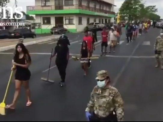 Desfilan con escobas y rastrillos en La Chorrera por incumplir la cuarentena