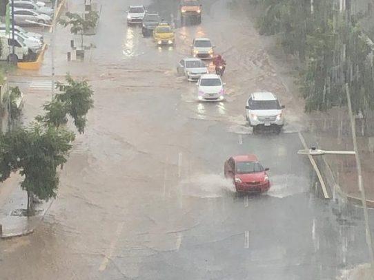 Principales vías anegadas por lluvias en ciudad capital
