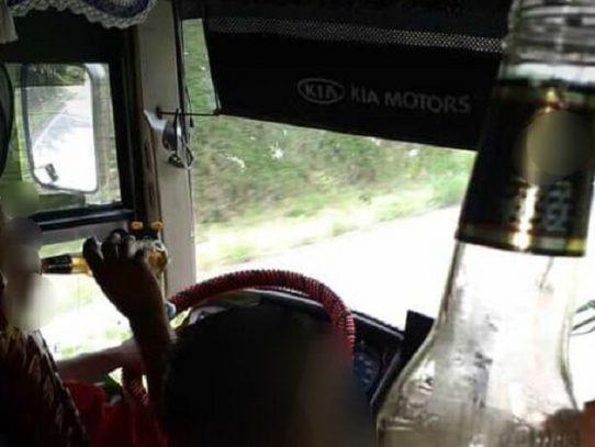 Sancionan a conductor grabado bebiendo al volante
