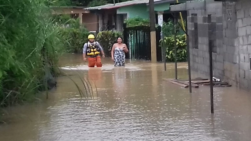 Paso de onda tropical deja dos ahogados y afectaciones por inundaciones