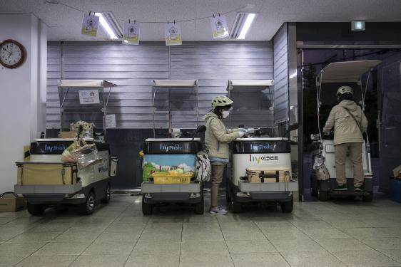 Las 'damas del yogur' de Corea del Sur entregan más que lácteos