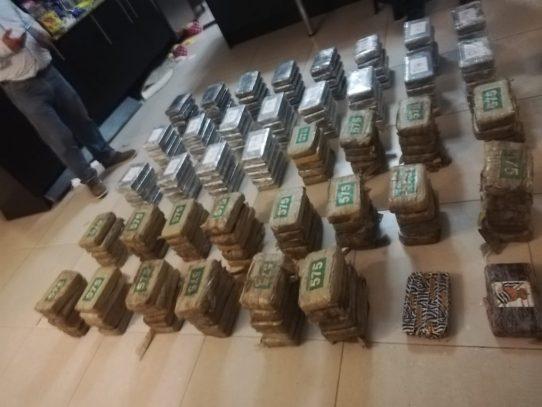 Aprehenden a dos mujeres por posesión de 192 paquetes de droga y dinero en efectivo