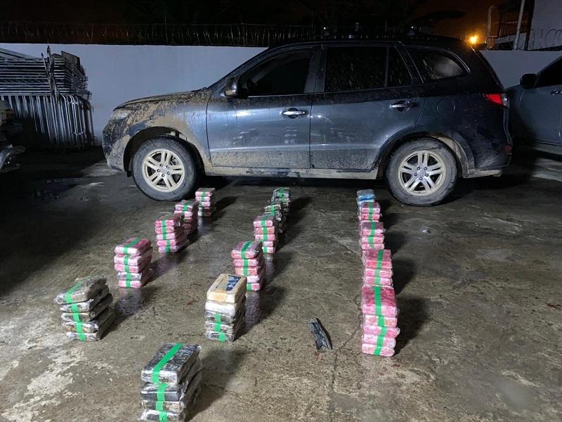 Incautan 79 paquetes de presunta droga en Las Garzas y detienen a un gobernador