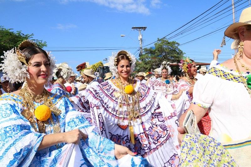 Prohíjan proyecto de ley que declara la Pollera como traje típico nacional