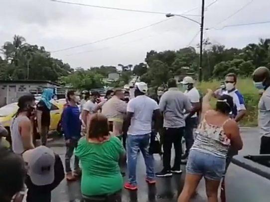 Cierran la vía en El Trapichito de La Chorrera en reclamo de bonos solidarios