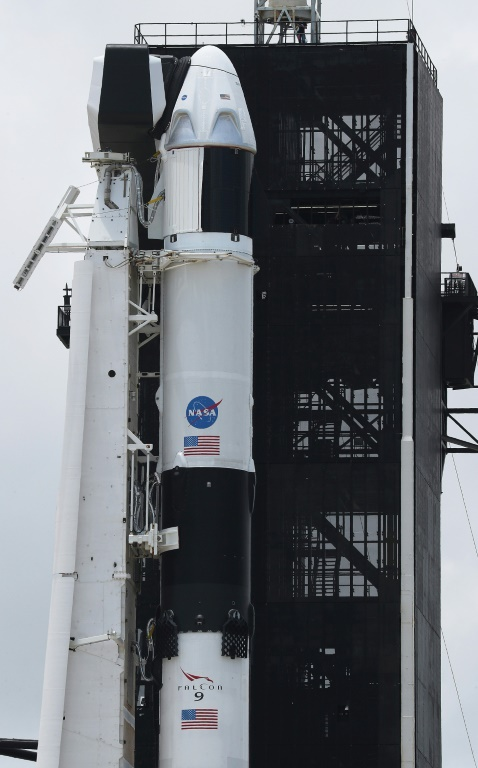 SpaceX prepara el lanzamiento de su primer cohete tripulado, atenta al mal tiempo