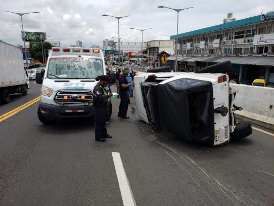 Auto se vuelca en la Vía Transítmica, herido es auxiliado por paramédicos