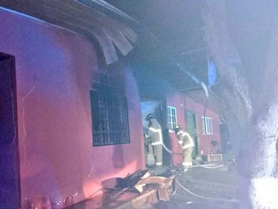 Bomberos logran controlar incendio en una bodega en Coclé