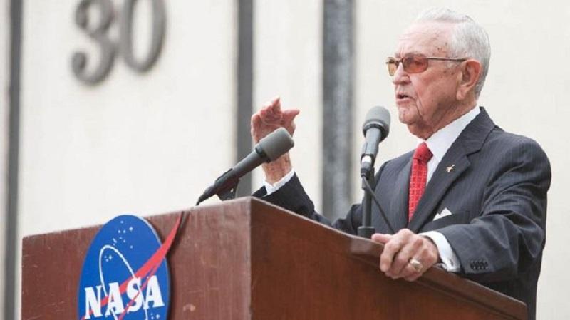 Muere Chris Kraft, el primer director de vuelos de la NASA