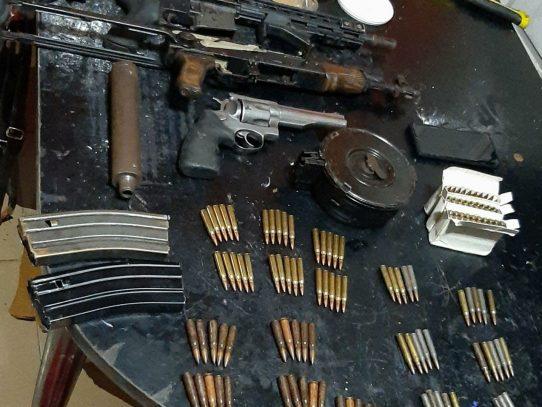 Hombre es aprehendido con un arsenal de armas de grueso calibre