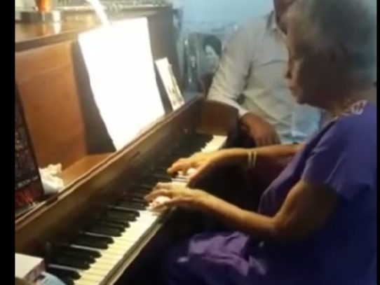 Pianista panameña canta, baila y toca piano para celebrar sus 104 años