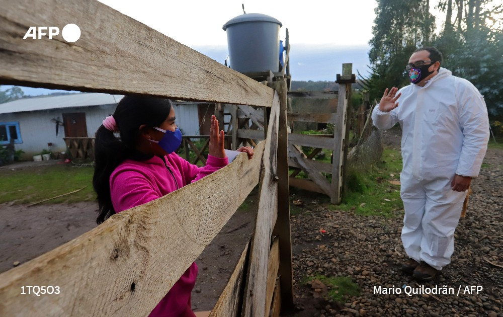 Sin internet, un aula sobre ruedas salva el año para niños en zonas mapuches de Chile
