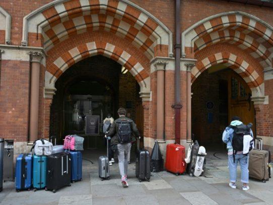 Entra en vigor en Reino Unido la polémica cuarentena a los visitantes que lleguen del extranjero