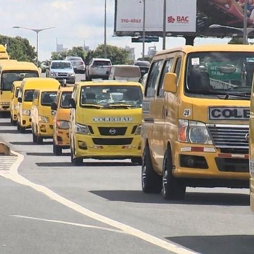 Dueños de buses colegiales protestan en reclamo de ayuda gubernamental