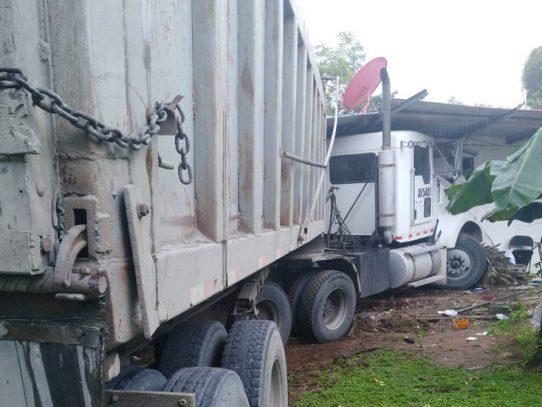 Vehículo articulado quedó incrustado en una casa en Calzada Larga