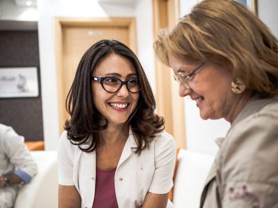 Tratamientos de menopausia aumentan un poco el riesgo de cáncer de seno, según estudio