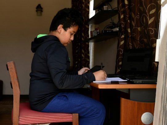 Más de 800 millones de alumnos carecen de computadora para estudiar a distancia