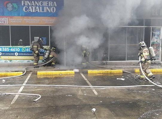 Bomberos sofocan incendio en plaza comercial en Villa Zaita