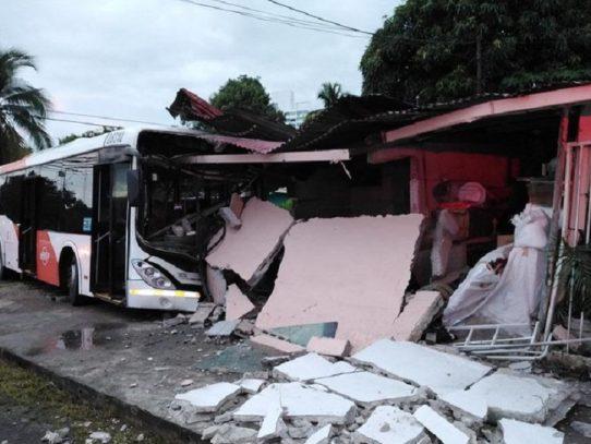 Unidad del Metrobus impacta con una residencia en Panamá Viejo