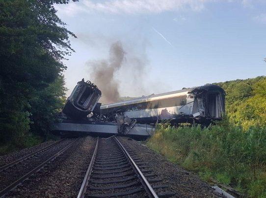 Tres muertos y seis heridos en descarrilamiento de tren en Escocia